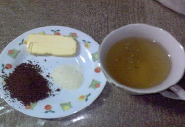 Hueso de mamey molido e incinerado, azúcar, mantequilla y té de manzanilla